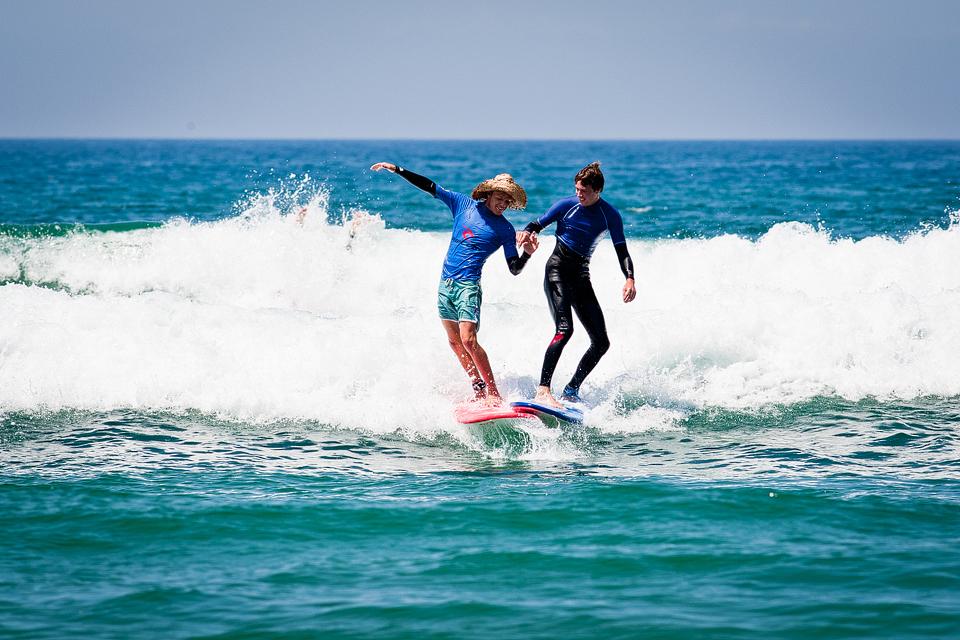 Beim Surfkurs in Carcans gibt man schon mal dem Surflehrer die Hand Jetzt buchen